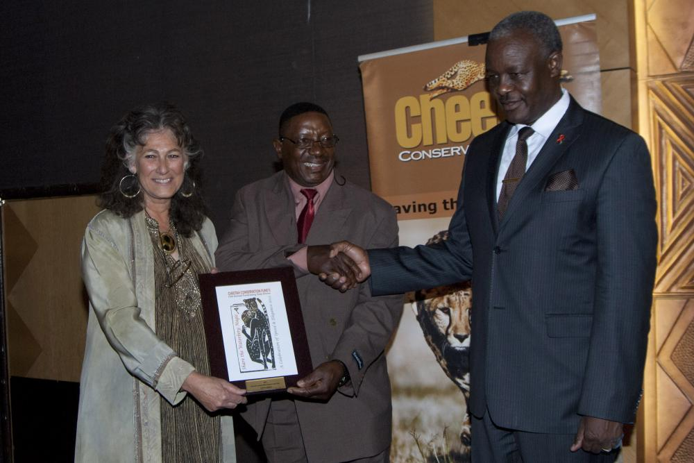 Andreas Hishiko (centre, Dr. Laurie Marker, Founder and Alpheus !Naruseb, Minister of Lands and Resettlement. (c) Cheetah Conservation Fund - Rob Thomson