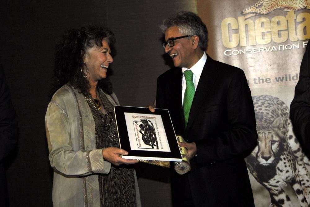 Dr. Laurie Marker thanked the evening's guest speaker, Mr. Valli Moosa, by presenting him with the event's logo, especially created by artist Susan Mitchinson. (c) Cheetah Conservation Fund - Rob Thomson
