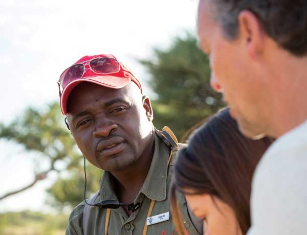 Senior-guide-Gideon-Lisara-explains-the-finer-points-of-cheetah-tracking-to-guests
